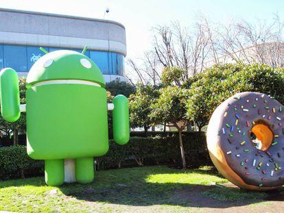 Jardín con figuras homenaje a Android en la sede de Google.