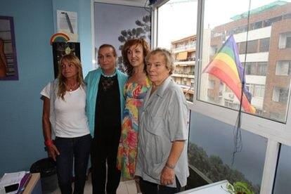 Tres de los indemnizados por el Gobierno y la presidenta de ATA, en la sede de la asociación.