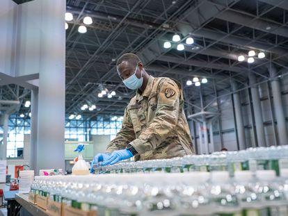 Las tropas de la Guardia Nacional de Nueva York apoyan los esfuerzos estatales para administrar las vacunas de la covid-19 en Estados Unidos.