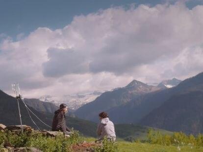 Pau Donés (izquierda) y Jordi Évole en el documental 'Eso que tú me das'.