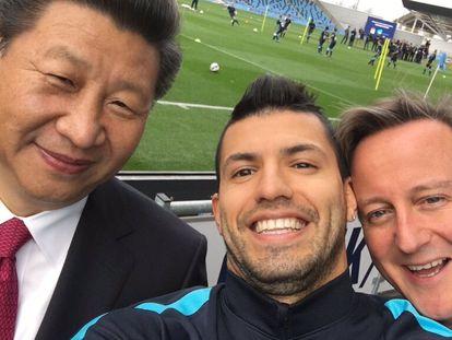 Desde la izquierda, Xi Jinping, Agüero y David Cameron, en 2015.