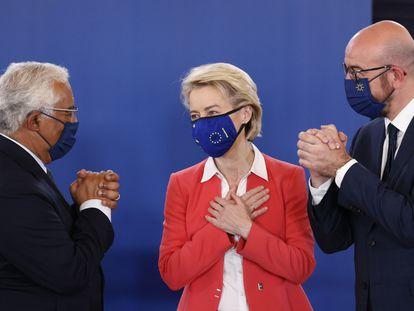 Antonio Costa, Ursula von der Leyen, y Charles Michel al finalizar la rueda de prensa tras la reunión del Consejo Europeo en el Palacio de Cristal de Oporto.