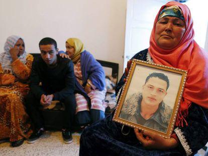La madre y hermanos de Anis Amri, sospechoso por el atentado de Berlín, en su casa de Ueslatia (Túnez), este jueves.