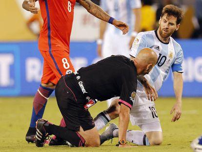 El árbitro Heber Lopes y Messi.