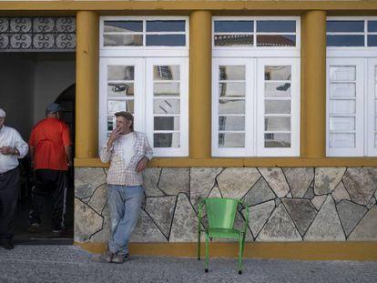 Vecinos de Barrancos, a la puerta del casino (la Sociedad Recreativa Barranquense), junto a la plaza de la Libertad.