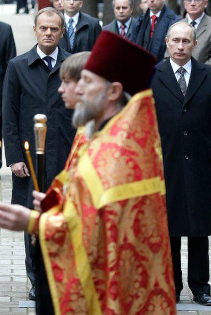 El primer ministro ruso, Vladímir Putin (derecha), y su homólogo polaco, Donald Tusk, en Katyn.