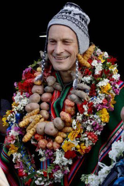Claus Meyer, con un collar de tubérculos regalado por unos vecinos de El Alto.