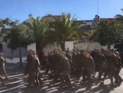 Un grupo de legionarios desfiló por Sanlúcar entonando frases ofensivas hacia la mujer