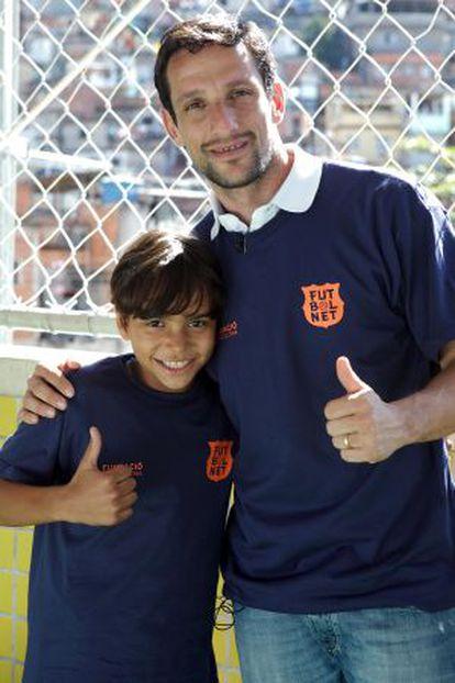 Belletti posa con uno de los niños del programa.