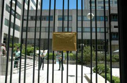Los manifestantes pegaron la Carta por la Ciencia en las rejas del Minsiterio de Economía en junio de 2013.