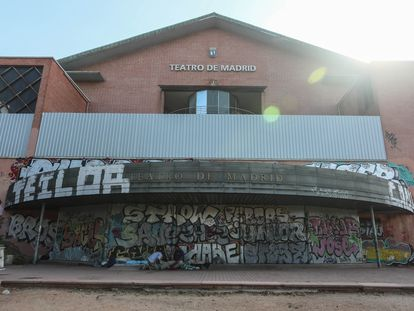 Estado de abandono del Teatro de Madrid, de competencia municipal, en el barrio del Pilar.
