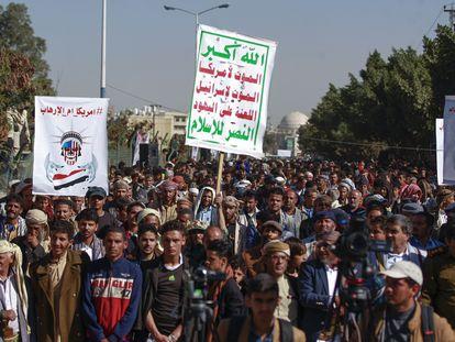 Simpatizantes Huthi se manifiestan ante la Embajada de EEUU en Saná el pasado domingo, en protesta por la inclusión del grupo en la lista de organizaciones terroristas.