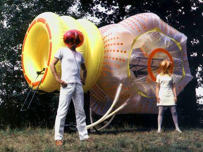Gelbes Hertz (corazón amarillo), 1967-1968, con el que el grupo Haus-Rucker-Co creó un espacio habitable, desmontable y transportable que se inflaba de forma rítmica, como los latidos de un corazón. La estética pop, la euforia del progreso y la conquista del espacio supuso un caldo de cultivo para arquitecturas que se fundían con la ciencia ficción. |