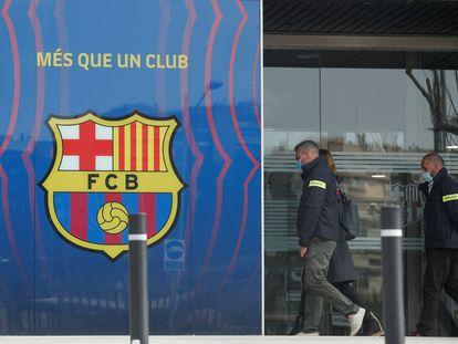 Los Mossos de Esquadra entran este lunes en las oficinas del FC Barcelona.