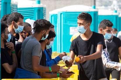 Decenas de migrantes permanecían el pasado lunes en el puerto de Arguineguín (Gran Canaria) tras cuatro días durmiendo en el suelo.