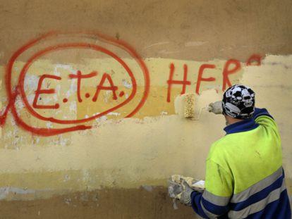 Un empleado municipal borra en Gernika (Bizkaia) una pintada con un texto en euskera en favor de ETA en septiembre de 2020.