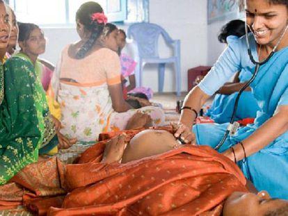 Una enfermera rural de la fundación atiende a una embarazada.