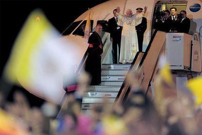 Benedicto XVI ha dirigido un último saludo a los fieles que estaban en el aeropuerto de Barcelona antes de entrar en el avión que le ha llevado de regreso a Roma. Una despedida que el Papa ha señalado que es un hasta luego. El año que viene visitará Madrid para reunirse con los jóvenes católicos.