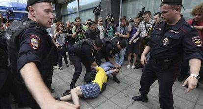 Manifestantes a favor de los derechos de los homosexuales, este martes frente a la Duma.