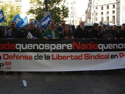 Los dirigentes sindicales protestan este miércoles ante la sede de Instituciones Penitenciarias