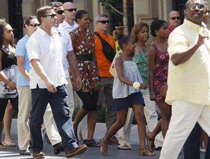 Michelle Obama y su comitiva recorre la Gran Vía de Granada en su primera parada hacia la famosa heladería 'Los italianos'.