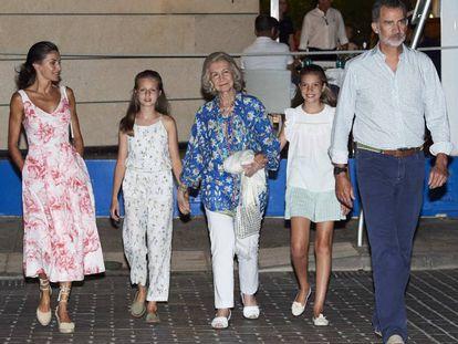 Los Reyes, con sus hijas y doña Sofía el domingo por la noche tras salir a cenar.