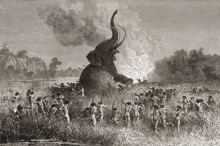 Hombres prehistóricos cazan un mamut en una ilustración de 1896.