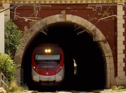 Un tren de Rodalies saliendo de un túnel.