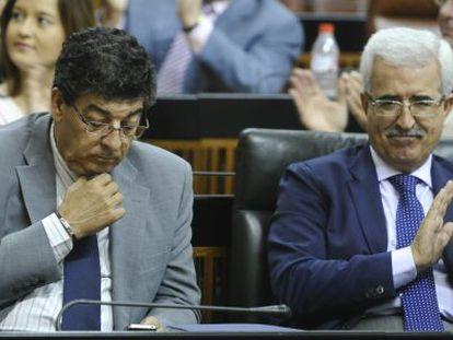 Diego Valderas, a la izquierda, en una sesión del Parlamento.