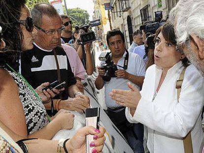 La consejera Elena Cortés charla con vecinos y comerciantes afectados por las obras del metro