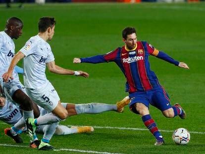 Tres jugadores del Valencia cierran el disparo de Messi.