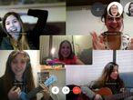 Raquel García Chico, en una videollamada grupal por Skype con sus amigas.
