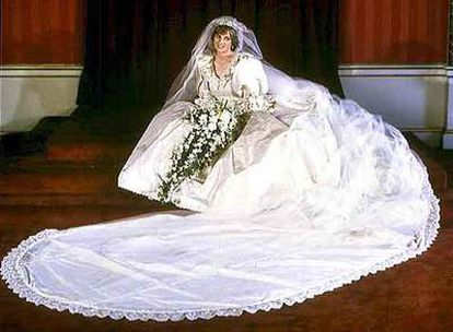 Diana de Gales posa con su vestido de boda en una imagen del 29 de julio de 1981.