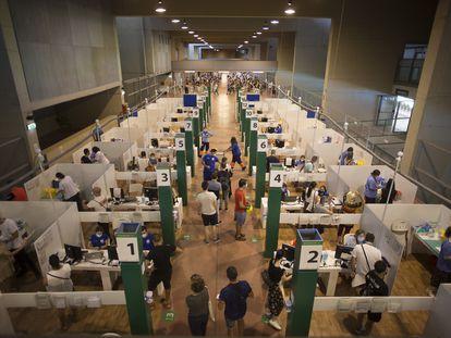 Centro de vacunación instalado en el estadio olímpico de Sevilla.