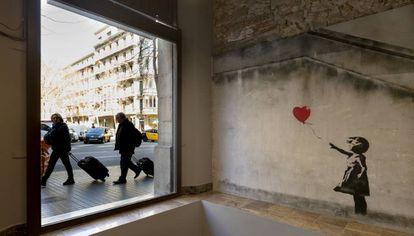 'Niña con globo', una de las obras más icónicas de Banksy que hizo en 2002 en Londres, cuya copia puede verse en Barcelona.