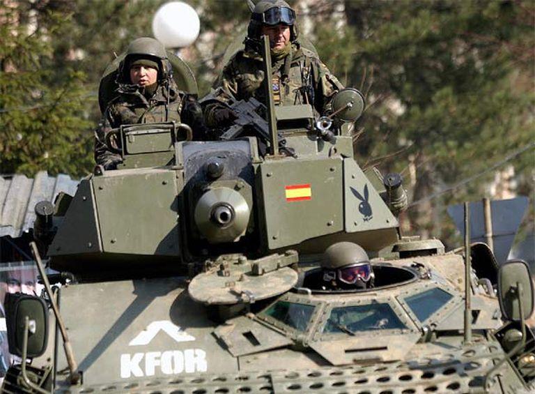 Un blindado español patrullando la semana pasada por la ciudad kosovar de Mitrovica.