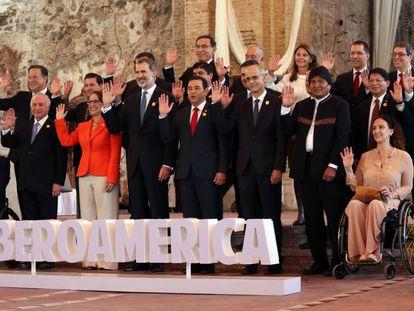 Participantes posan para las fotos oficiales de la sesión plenaria de jefes de estado en la XXVI Cumbre Iberoamericana, hoy, en Antigua, Guatemala.
