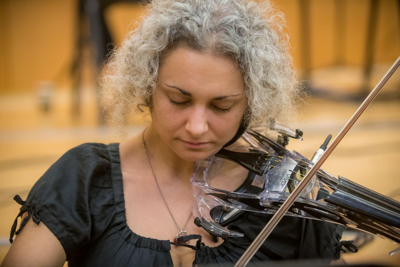 Una de las violinistas que participó en el estudio en plena acción.