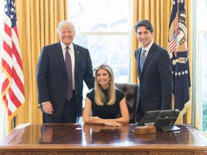 Ivanka Trump decidió este martes publicar en su perfil de Instagram una foto sentada en la silla del despacho oval junto a su padre, Donald Trump, y el primer ministro de Canadá, Justin Trudeau. La imagen ha levantado una gran polémica.