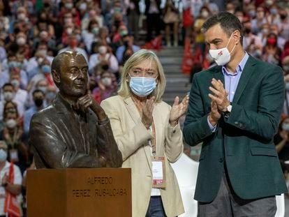 Pilar Goya, mujer de Alfredo Pérez Rubalcaba, y Pedro Sánchez en el homenaje realizado en el 40º congreso federal del PSOE.