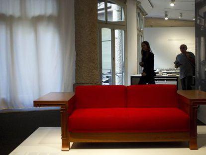 """Espectacular sofá """"Robie"""" de Frank Lloyd Wright creado en 1906 para la Casa Robie, en Chicago."""
