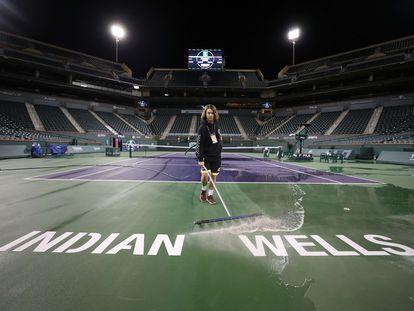 Un empleado limpia la pista central del complejo de Indian Wells.