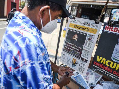Una persona consulta las portadas de la prensa escrita, en un quiosco de Lima, el pasado lunes.