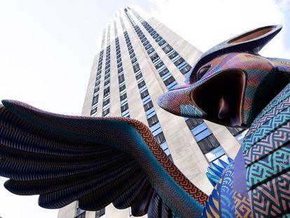 Un alebrije es expuesto frente al Rockefeller Center como parte de la 'Semana de México: Dia de Muertos en el Rockefeller Center' en Nueva York