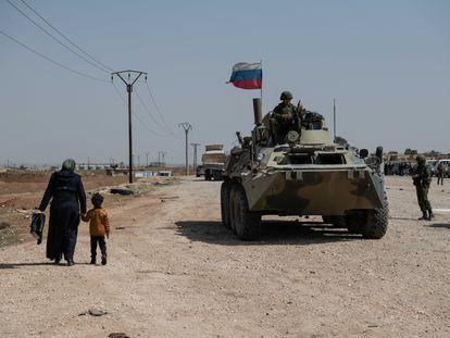 Soldados rusos escoltan a un convoy de civiles entre las localidades de Tell Tamer y Ein Issa en la autopista M4 y al noreste de Siria, frente activo entre las fuerzas kurdas y milicias locales pro-turcas.