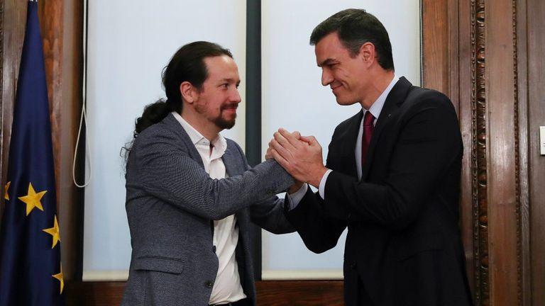 Pedro Sánchez y Pablo Iglesias tras la firma del pacto de gobierno, en el Congreso de los Diputados, el 30 de diciembre de 2019.