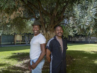 El bailarín y coreógrafo Gregory Maqoma, a la izquierda, y el director musical Thuthuka Sibisi, este lunes en Sevilla.