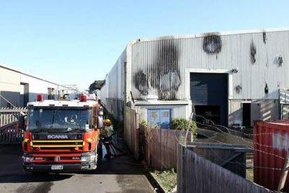 Los bomberos apagan el incendio del almacén