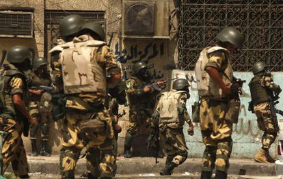 Los militares y la policía antidisturbios toman posiciones para el desalojo del campamento islamista en El Cairo.