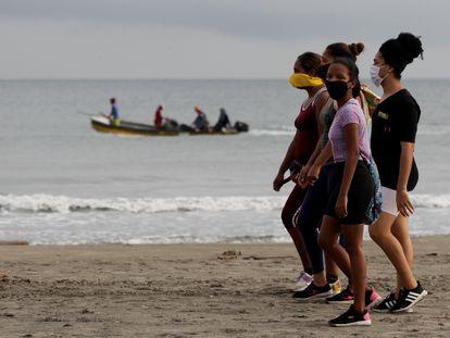 Un grupo de mujeres camina en una playa de Cartagena, luego de que se permitiera el acceso en julio pasado.